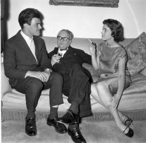 24th June 1958: American thriller writer Raymond Chandler (1888 - 1959), centre, at a party in Portman Square, London. On either side of him are publisher Anthony Blond (1928 - 2008) and Blond's wife Charlotte. (Photo by Evening Standard/Getty Images)
